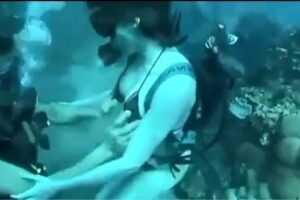 clip thư vũ phần 3 địt nhau dưới nước ngoài bãi biển 8